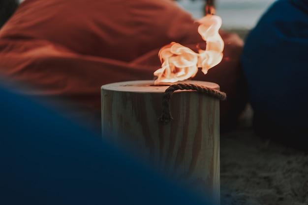 Protokoll mit dem feuerloch, das auf strand steht