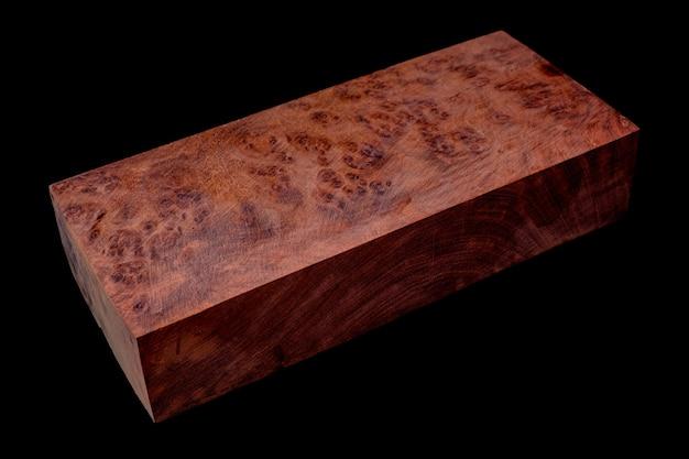 Protokolle burma padauk wurzelholz gestreiftes exotisches holz schönes muster zum basteln auf schwarzem hintergrund