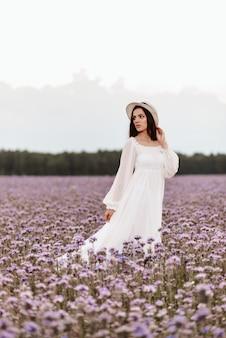 Provence blühendes feld. das mädchen genießt das leben und bekommt freude