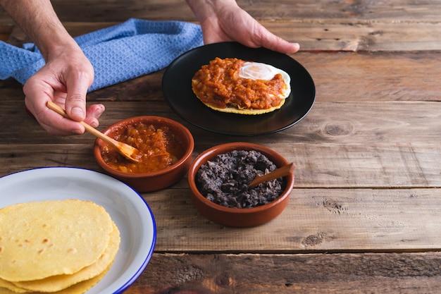 Prozess der ausarbeitung von huevos rancheros. mexikanische küche. speicherplatz kopieren.