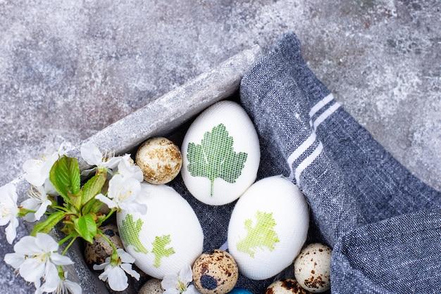 Prozess der dekoration von ostereiern mit natürlichen farbstoffen und pflanzenblättern
