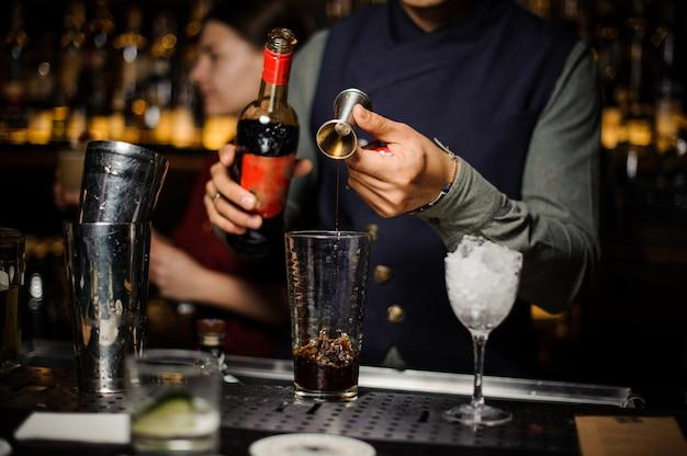 Prozess der herstellung eines leckeren alkoholischen cocktails