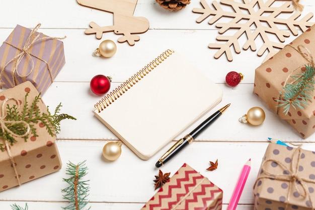 Prozess der herstellung von weihnachts- und neujahrsgrußkarten, draufsicht