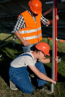 Prozess der installation von helixpfählen für sonnenkollektoren.