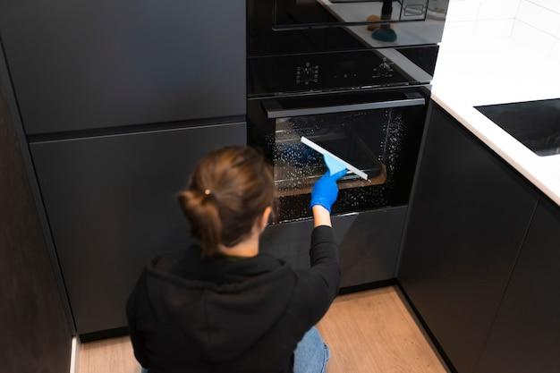Prozess der reinigung des ofenglases mit wasserrakel