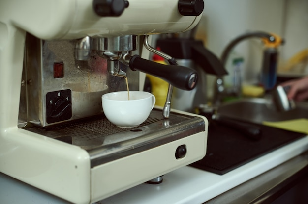 Prozess der zubereitung von espresso auf einer professionellen kaffeemaschine