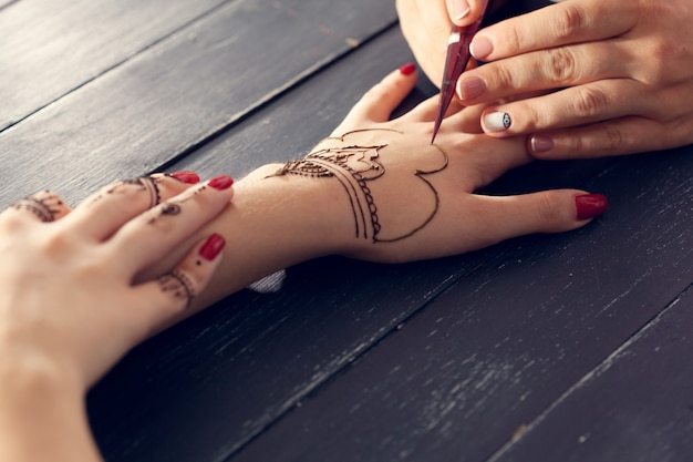 Prozess des anwendens von mehndi auf weiblichen händen