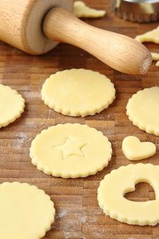 Prozess des backens von selbst gemachten keksplätzchen