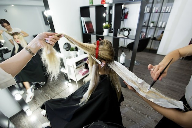 Prozess des färbens der haare im schönheitssalon