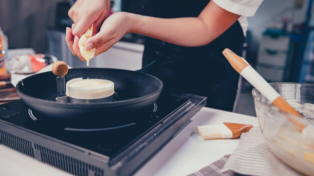 Prozess des hausgemachten süßen desserts der küche. bleiben sie zu hause und konzept der sozialen distanzierung. bleiben sie zu hause und üben sie das kochen japanischer pfannkuchen.