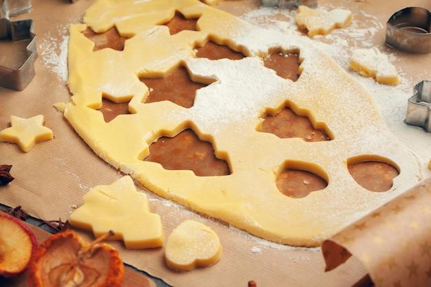 Prozess des kochens von ingwerbrotkeksen schließen