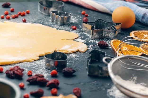 Prozess des kochens von lebkuchenplätzchen hautnah