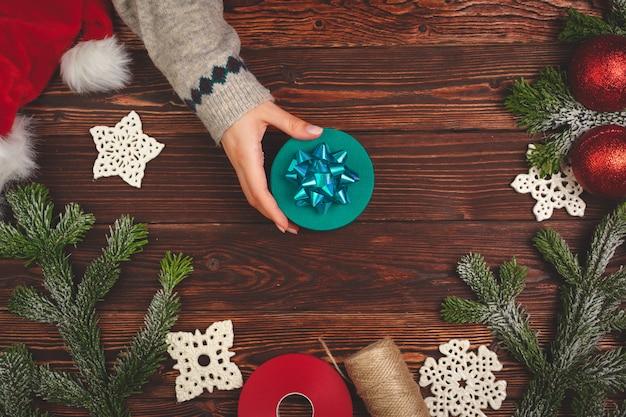 Prozess des verpackens von geschenken und des verzierens für weihnachtsfeiertage nah oben