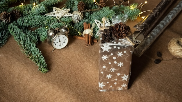 Prozess des verpackens von geschenkgeschenken mit ornamenten aus natürlichen materialien draufsicht flach