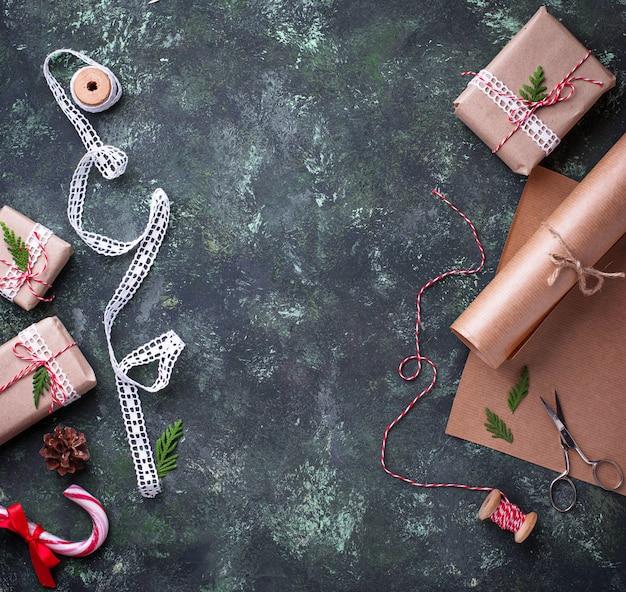 Prozess des verpackens von kästen mit weihnachtsgeschenkgeschenken. draufsicht