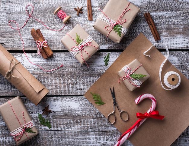 Prozess des verpackens von kästen mit weihnachtsgeschenkgeschenken
