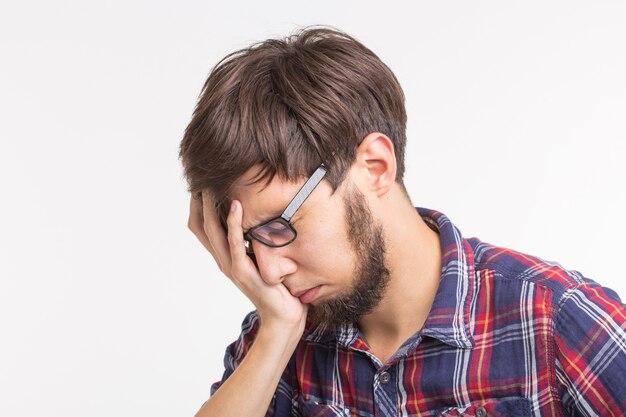 Prozess, problem, menschenkonzept - junger mann, der über das problem nachdenkt