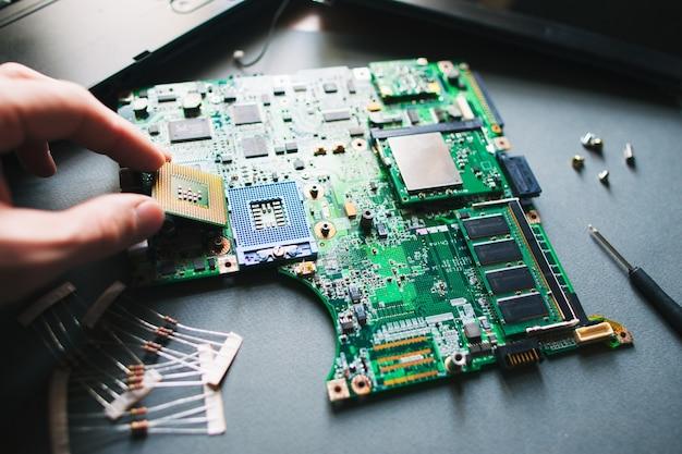 Prozessor im cpu-sockel installieren