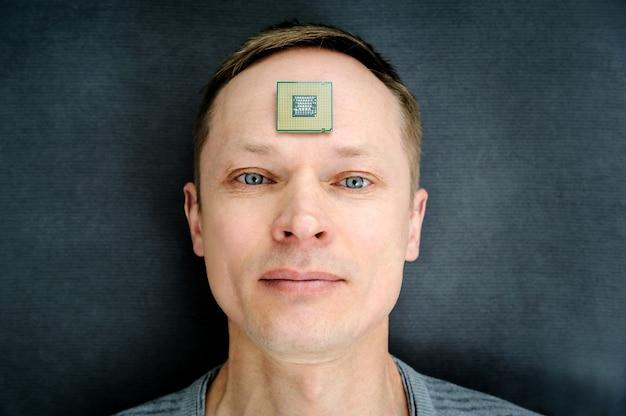 Prozessor ist auf der stirn des mannes.