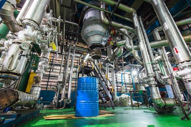 Prozessrohrleitungsdruckmesser in der ausrüstungstankanlage in den vertikalen fabriktanks für chemische fette.
