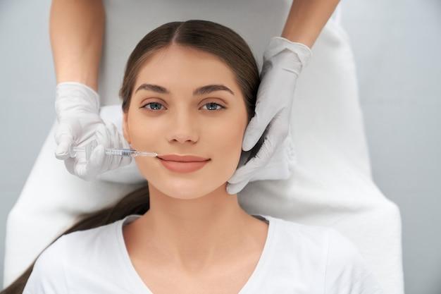 Prozessverfahren lippenvergrößerung im professionellen salon