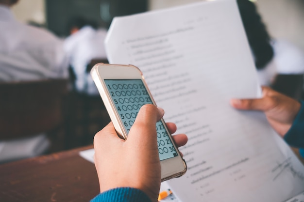 Prüfung durch schüler, die einen pädagogischen test mit dem smartphone durchführen