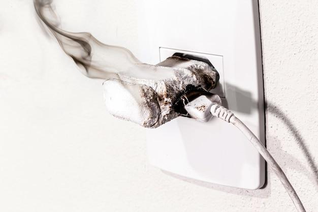Psmartphone ladegerät in steckdose kurzgeschlossen