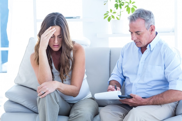 Psychiater, der deprimierte pregenat frau berät