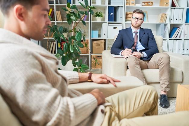 Psychiater hört dem patienten zu