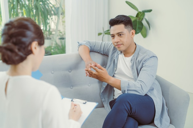 Psychiaterin, die ihrer patientin zuhört, die traumatische ereignisse erlebt hat