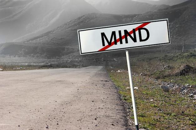 Psychische gesundheit konzept. psychologische stressbewältigung und psychologische traumagesundheit. straßen- und straßenschild durchgestrichenes wort mind