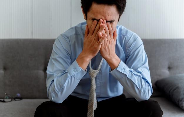Psychische gesundheit. thailändischer geschäftsmann als wirtschaftliches problem und arbeitsplatzverlust durch coronavirus oder covid-19 in thailand, asien. stress mit arbeitslosigkeit und kündigung.
