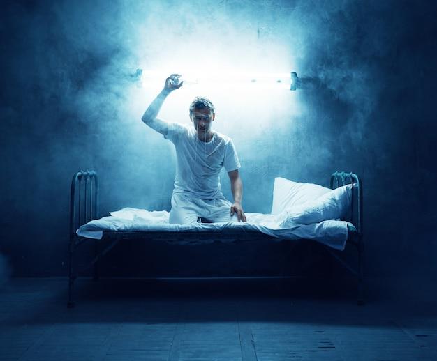 Psycho mann im bett, schlaflosigkeit, störung, dunkelkammer .. psychedelische person, die jede nacht probleme hat, depressionen und stress, traurigkeit, psychiatrie krankenhaus