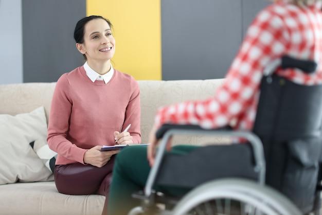 Psychologe arbeitet mit patienten im rollstuhl im rehabilitationszentrum