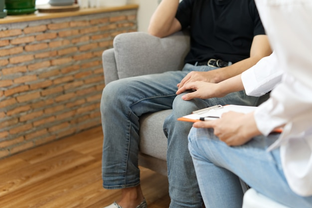 Psychologe, der dem gestressten patienten rat gibt.