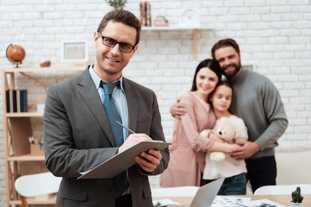 Psychologe make note happy family auf hintergrund.