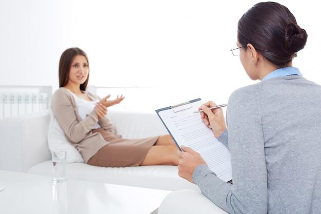 Psychologe schreiben in seinem notizbuch