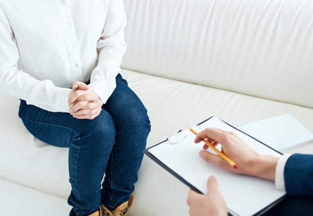 Psychologe schreibt auf papier patientenkommunikationstherapie