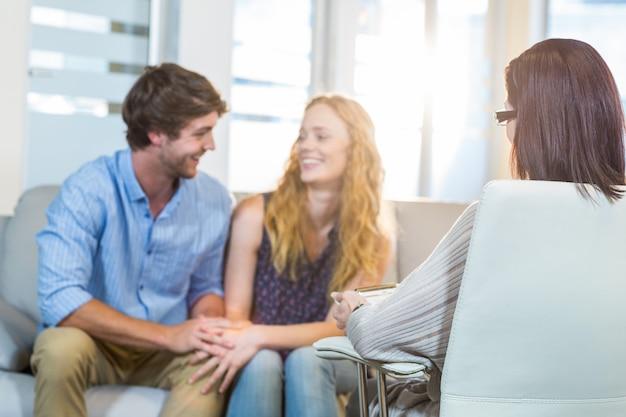 Psychologe und glückliches paar
