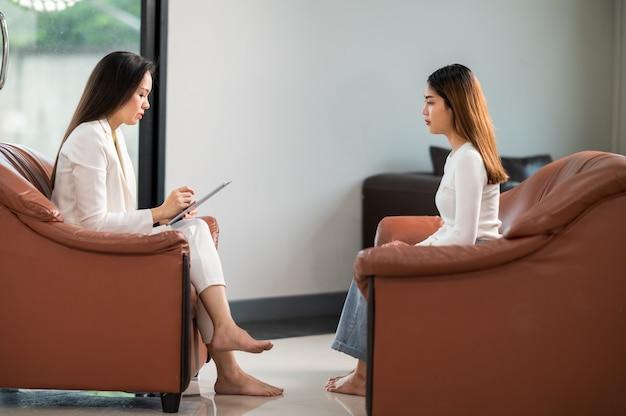 Psychologen helfen beim verständnis der probleme einer patientin