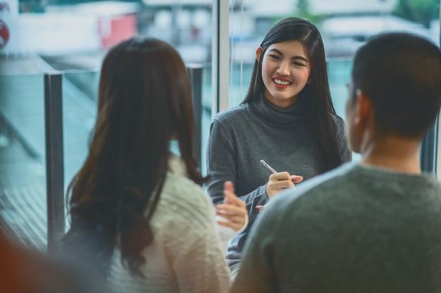 Psychologiedoktor der asiatischen frau, der den liebhaberpatienten die beratung gibt