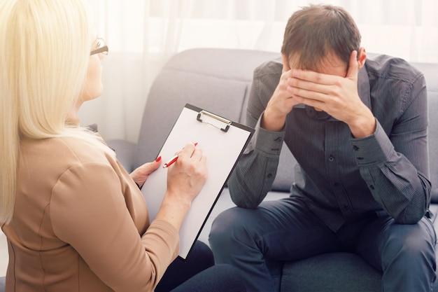 Psychologin, die eine sitzung mit ihrem patienten in ihrem privaten sprechzimmer hat