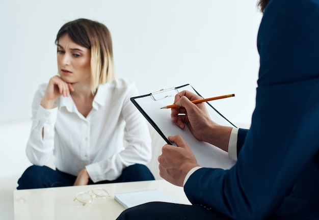 Psychologin, die mit kommunikationsproblemen von patienten arbeitet