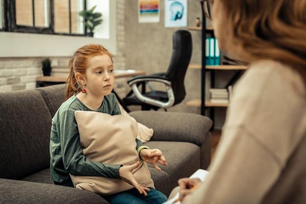 Psychologische behandlung. depressives junges mädchen, das ihre probleme bei einer sitzung mit dem psychologen teilt
