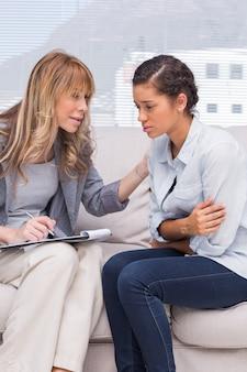 Psychotherapeut, der einem deprimierten patienten hilft
