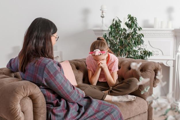 Psychotherapie für kinder. der psychologe arbeitet mit dem patienten