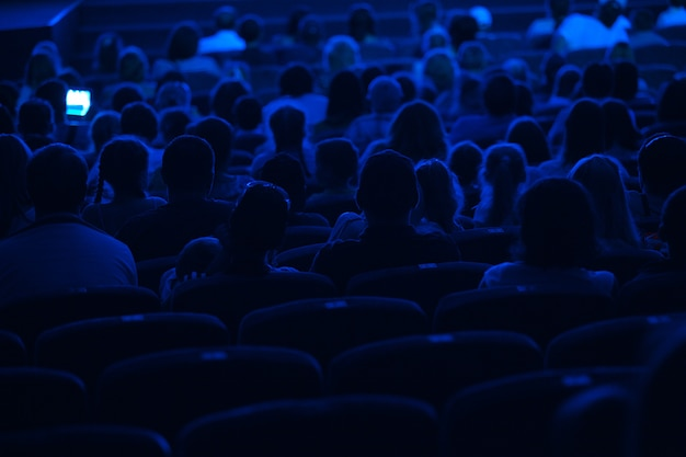 Publikum im kino. silhouette.
