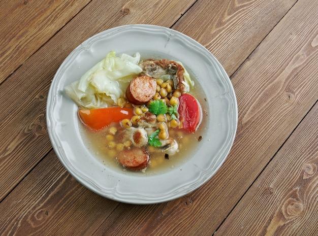 Puchero - eintopf ursprünglich aus spanien, zubereitet in mexiko, argentinien, kolumbien, paraguay, uruguay. grundzutaten der brühe sind fleisch, kichererbsen, kohl
