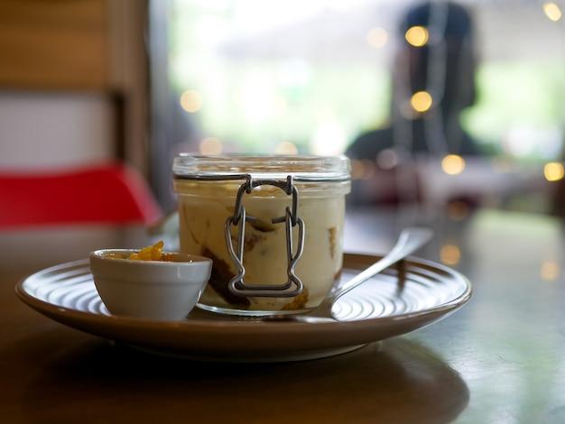 Pudding auf einem restauranttisch