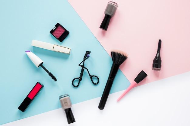 Puderpinsel mit verschiedenen kosmetik auf tabelle